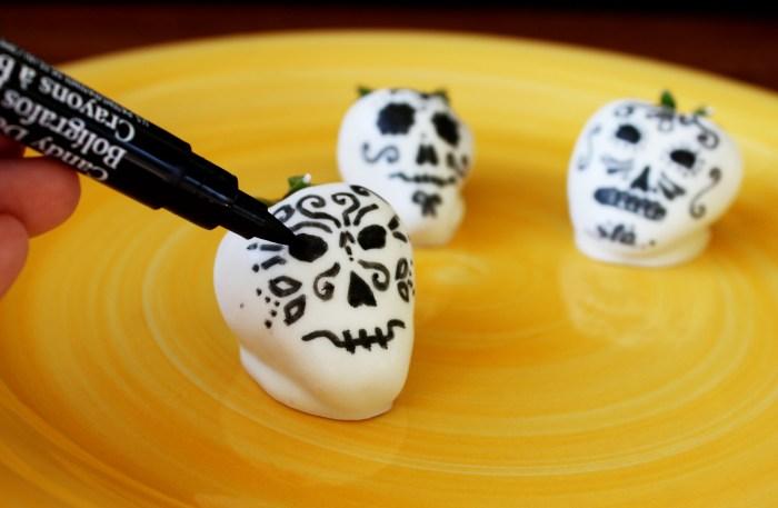 white chocolate covered Dia de los Muertos strawberry skulls