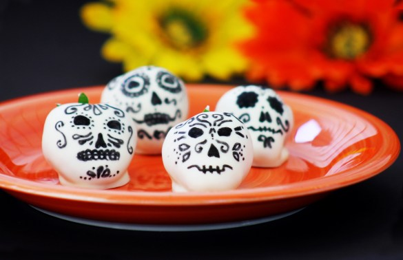 white chocolate covered Dia de los Muertos strawberry skulls