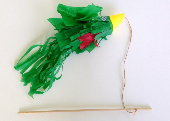 Quetzal bird craft made of toilet paper tube. DIY project to celebrate Guatemala's independence. Guatemalan craft.