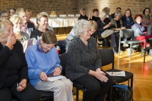 Gute Stimmung bei der Ordensverleihung: Christa Karras (3.v.l.) mit Gästen im Altstadtrathaus (26.10.2015)