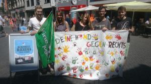 Mitglieder der GRÜNEN JUGEND Braunschweig mit buntem Transparent gegen Rechts