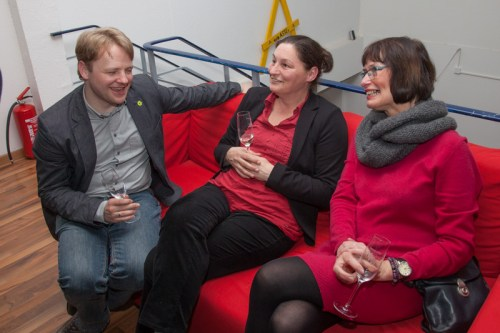 Rotes Sofa mit Grünen Gästen (Gerald Heere, Cécile Höfges & Sybille Mattfeld-Kloth)