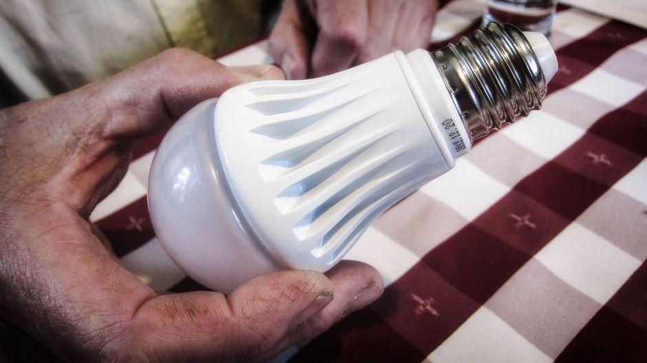 Matthias Kretschmer, Nachhaltigkeitspädagoge, Meinerzhagen, stellt die LED-Technologie vor.© Foto: Stefanie Schildchen