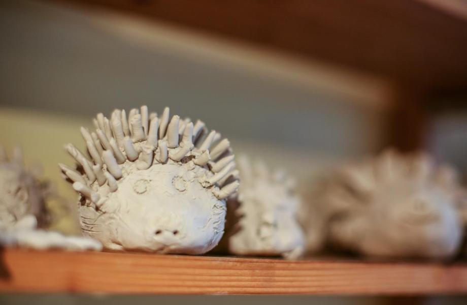 Ein Igel aus Keramik, geformt von Kinderhand.  Meinerzhagen. 2016 © Foto: Stefanie Schildchen