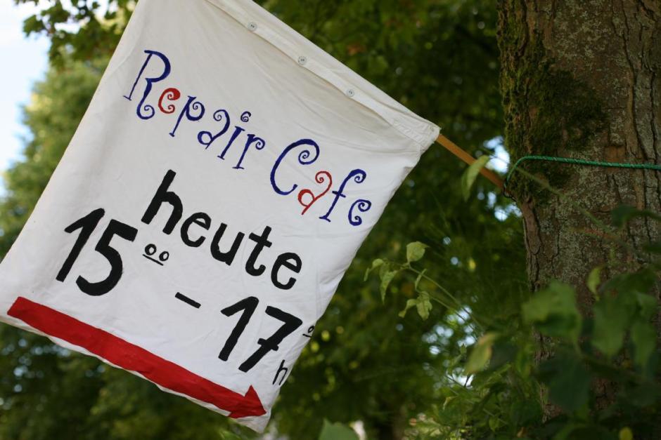 Repair-Café - Ehrenamtliche reparieren elektronische Kleingeräte. 2016 © Meinerzhagen / Foto: Stefanie Schildchen