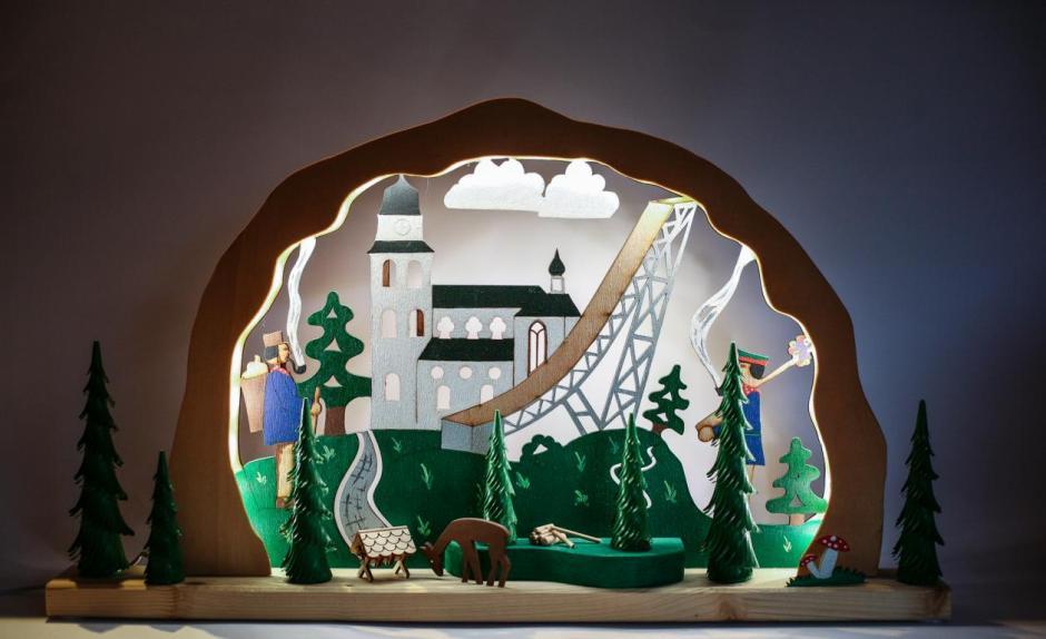 Die Geschichten, die Gröschl hier bildhaft mit seinen Werken erzählt, spielen immer vor Ort, zum Beispiel wie in diesem Lichterbogen an der Jesus-Christus-Kirche in Meinerzhagen.© 2016 Foto: Stefanie Schildchen