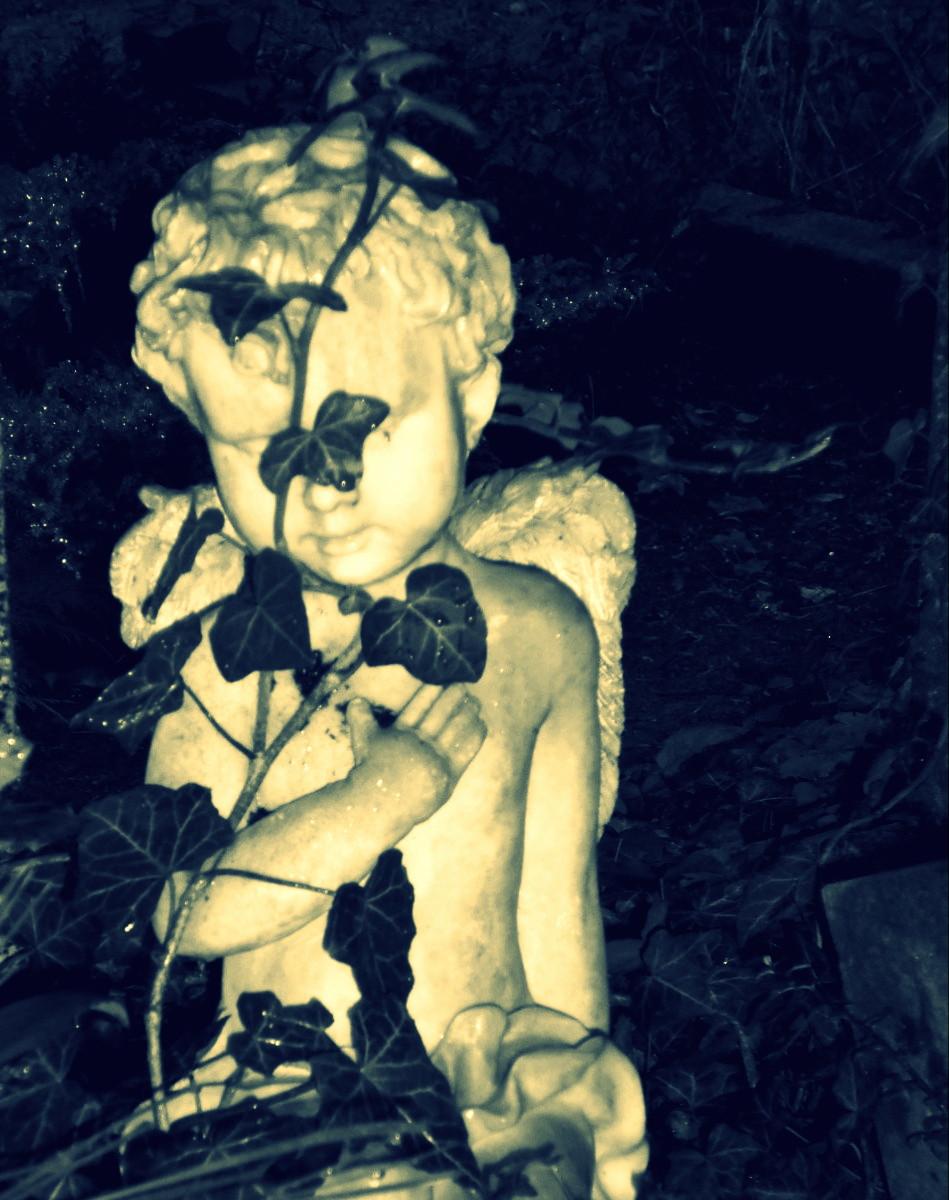 Engel mit Efeu