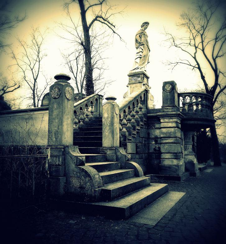 Denkmal mit Treppe am Wannsee