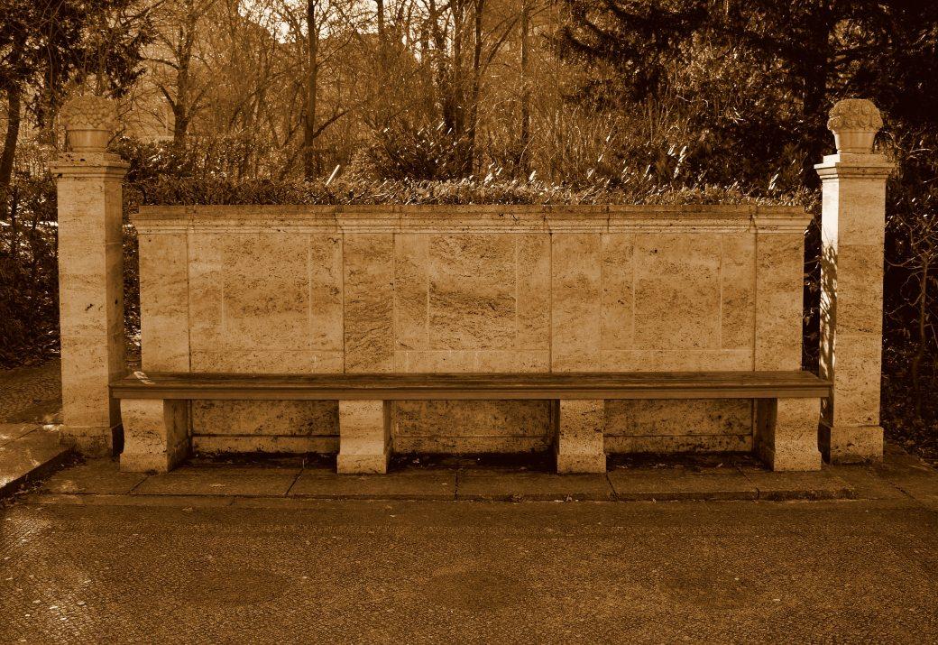 Bank am Märchenbrunnen
