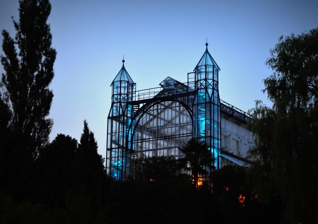 Tropenhaus in der Abenddämmerung