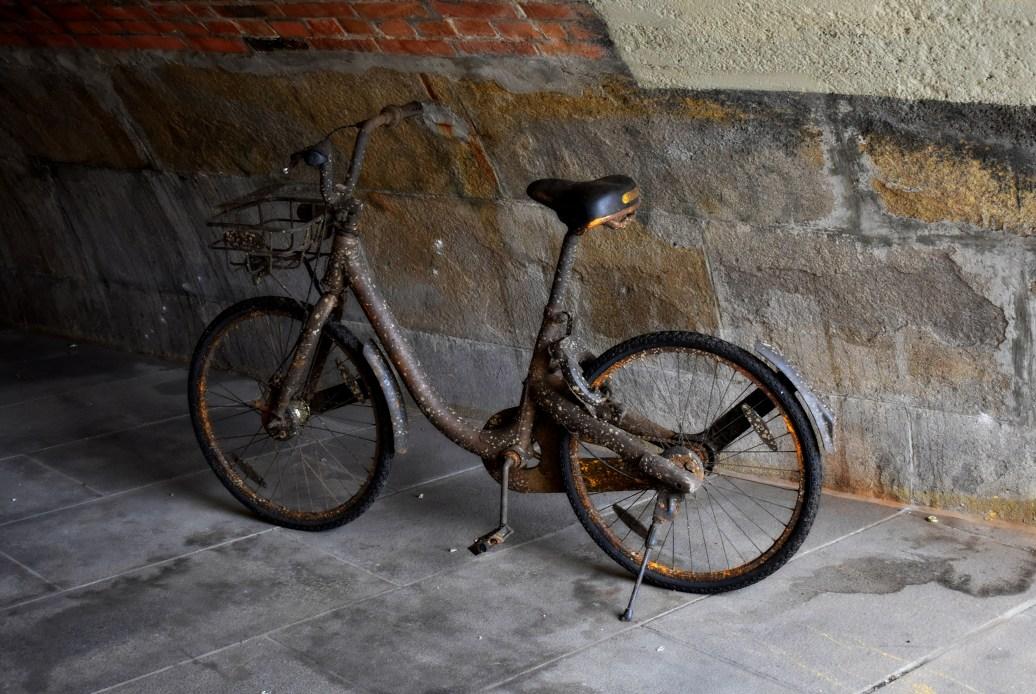 Fahrrad unter Brücke