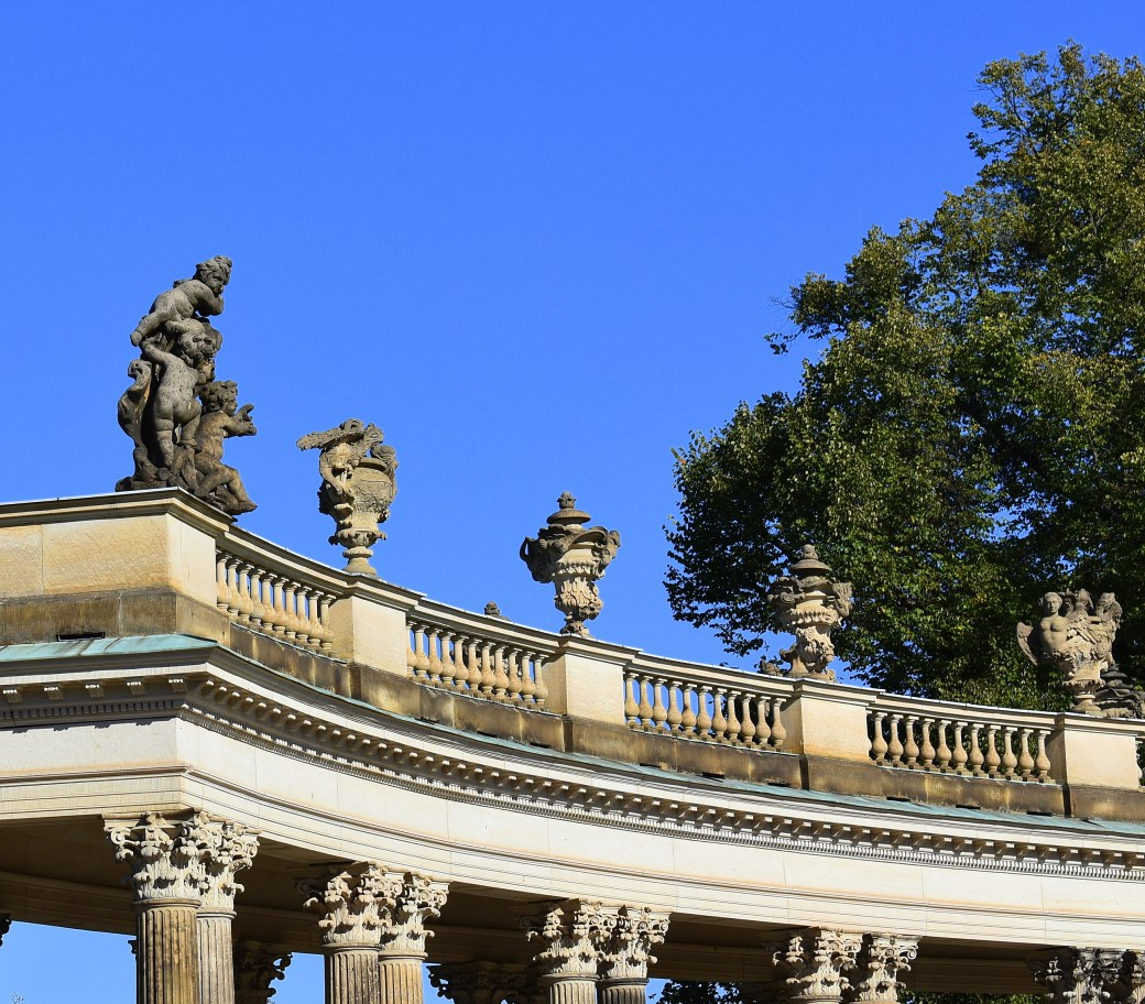 Dach mit Skulpturen