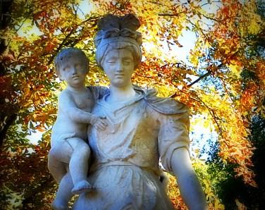 Skulptur mit Kind