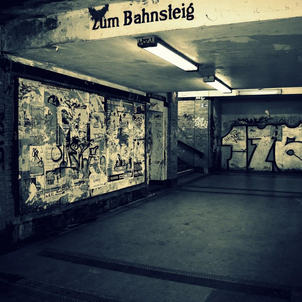 Zum Bahnsteig cross