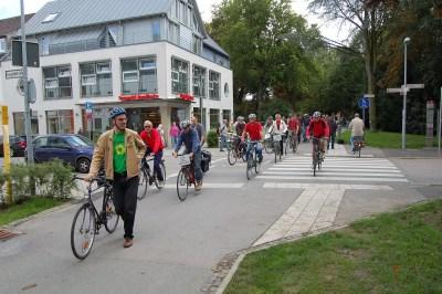 Drei Burkhard Pohl mit Demonstranten an der Wallquerung an der Leopoldstraße