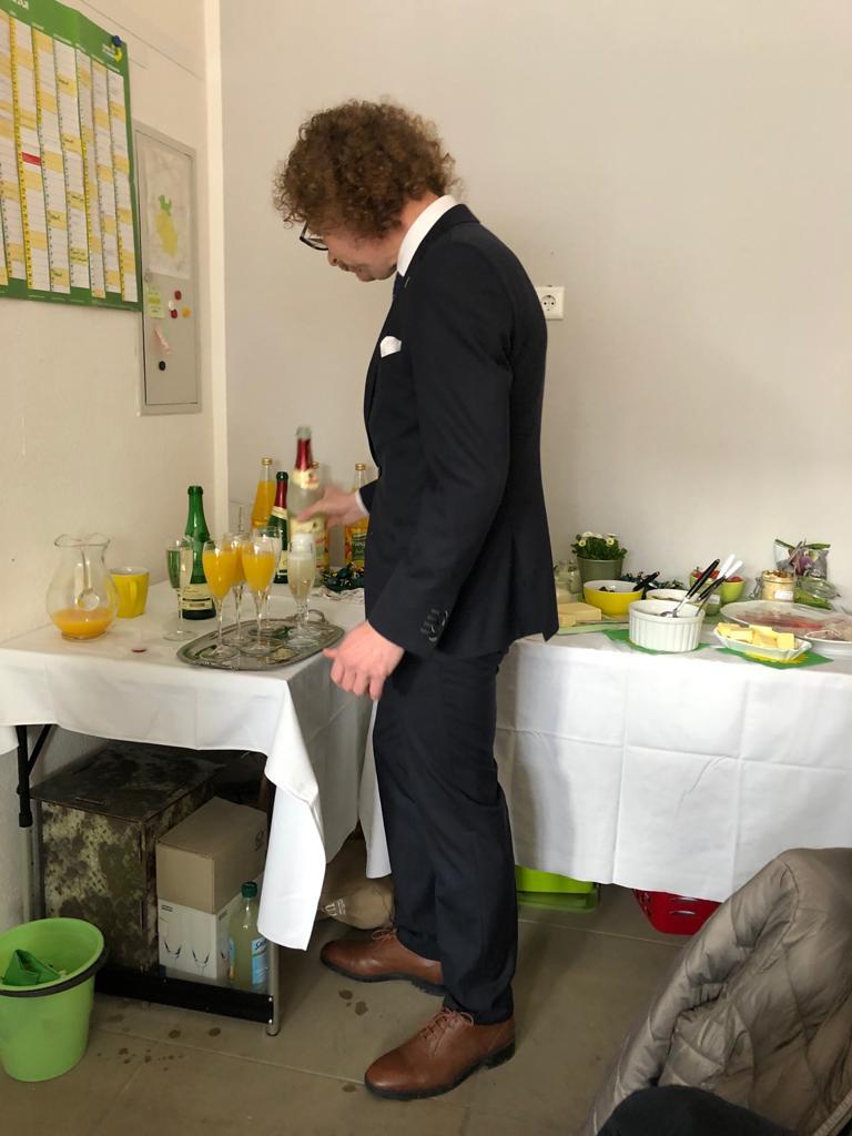 Ralf Kersting beim Getränke-Service