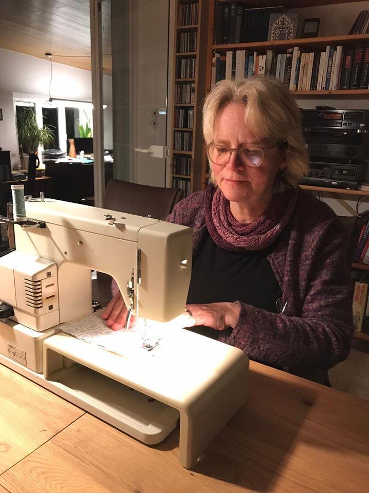 Katharina Kleine Vennekate näht Mundschutz