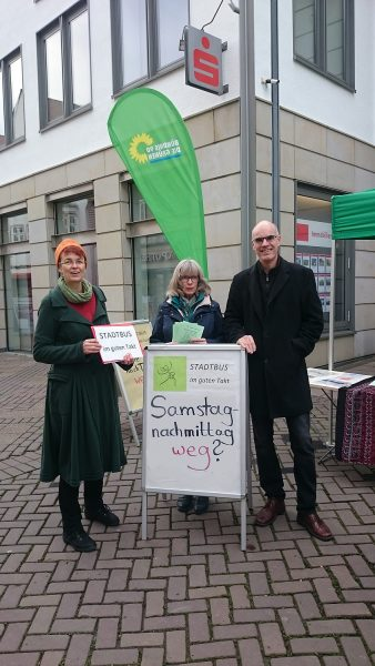 "Ute Koczy, Gertrud Lehmann und Dr. Burkhard Pohl mit Plakat ""Samstag Nachmittag weg?"""