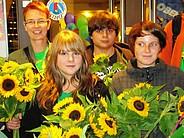 Ute Koczy und Jugendliche mit Sonnenblumen