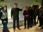 Thorsten Meier und Katrin Vossler stellen der grünen Fraktion die neuen Räumlichkeiten des Kinderhauses vor.