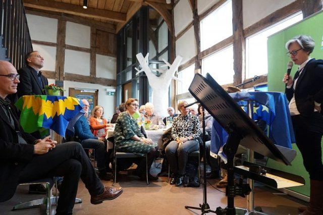 Die Gäste lauschen den Ausführungen von Rieke Bernard (Volkshochschule Detmold-Lemgo)