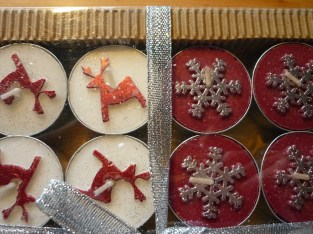 Mit Kerzen kann sich der Beschenkte eine schöne Zeit machen. Reine Bienenwachskerzen riechen auch noch gut :) Auf Weihnachtsmärkten findet man das von lokalen Anbietern, unverpackt und absolut erschwinglich :)