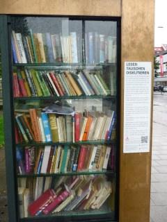 Der Bücherschrank in Schwabing ist trotz Regenwetter richtig gut besucht.