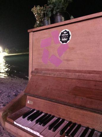 AllPlanet, Klavier am Strand