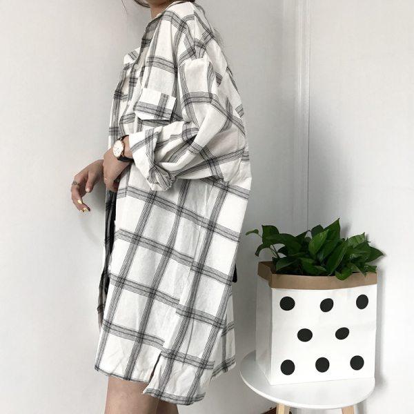 Chemise à carreaux vintage blanche de profil