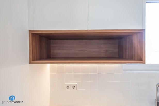 estantería madera cocina