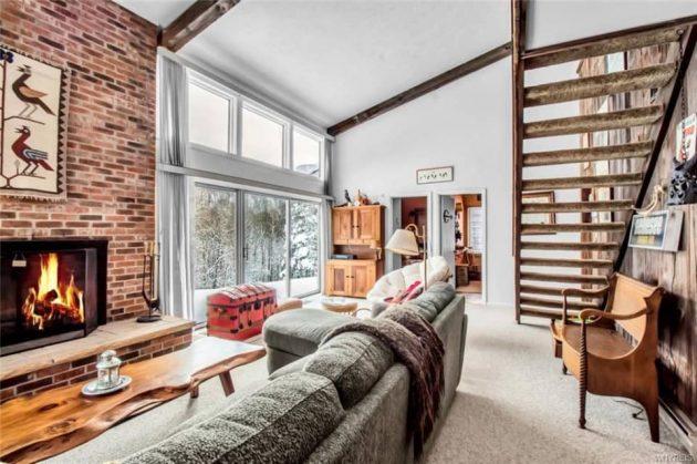 Echa un vistazo a esta brillante casa de esquí de los años 70 rojos en Nueva York