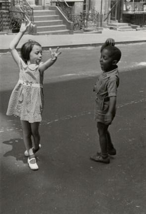 Una niña y un niño bailando flamenco en Nueva York (©Helen Levitt)
