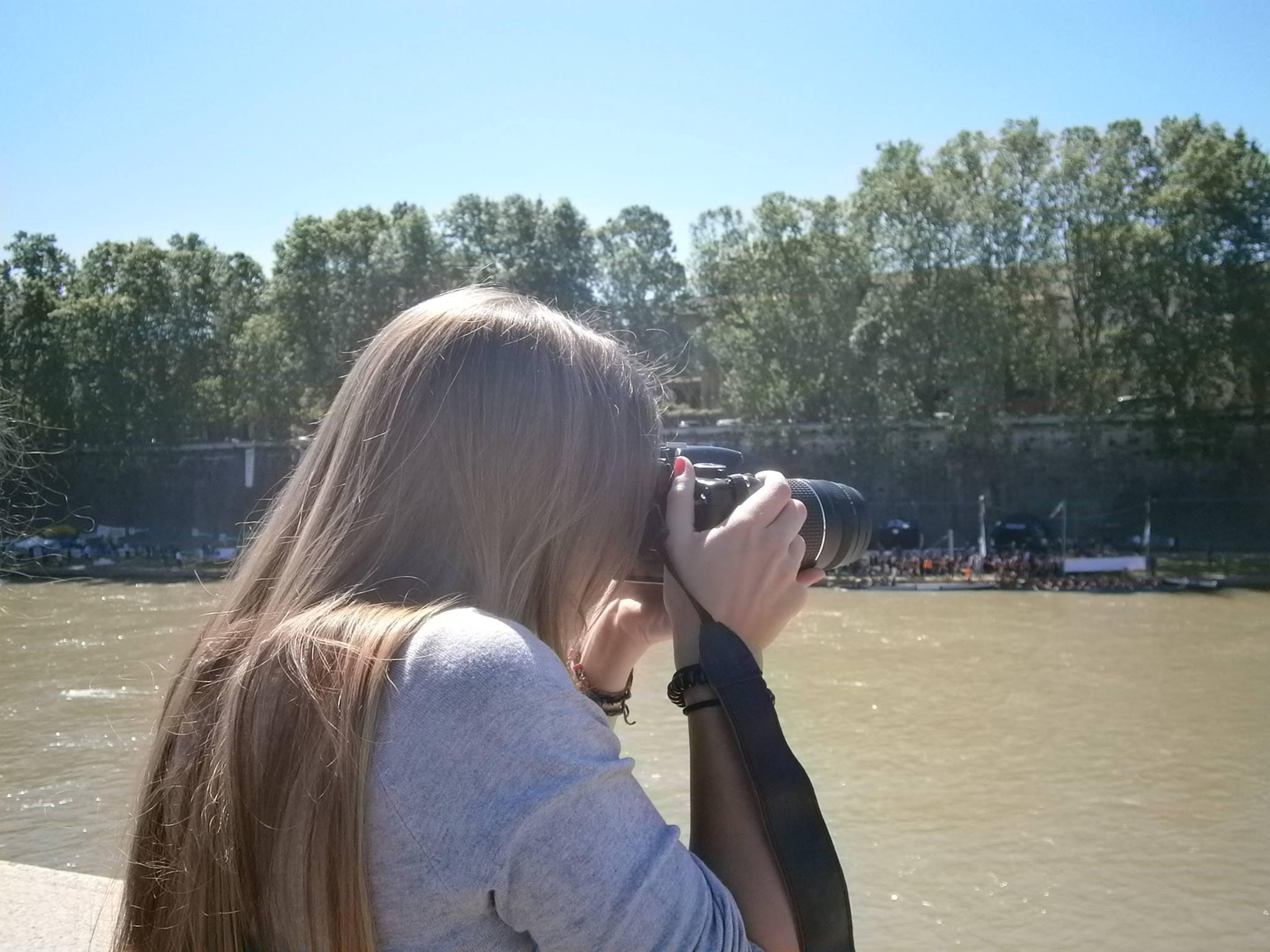 Una mujer haciendo una foto a un paisaje