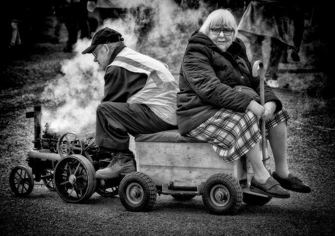 Un par de abuelos montados en un tren de juguete. @Andrew Newman