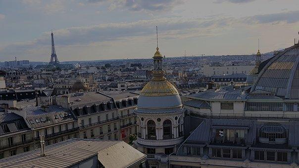 Imagen de los tejados de París viendose al fondo la Tour Eiffel.