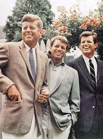 Ted Kennedy (ultimo a destra) con (da sinistra a destra ) i fratelli John e Bob (Ap) - tratto da Corriere.it