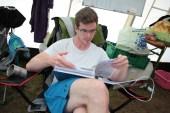 Matthias kontrolliert gewissenhaft die Gesundheitsdatenblätter.