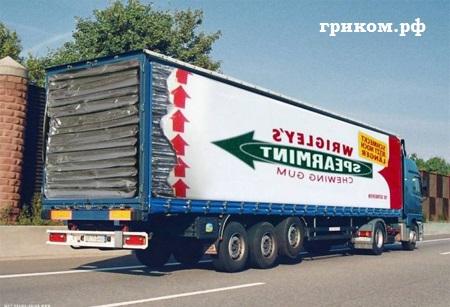 Фура с рекламой жвачки на бортах перевозит груз