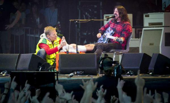 Foo Fighters jambe cassée