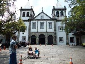 326. Steinar, Ingunn og Gry foran Mosteiro de Sao Bento