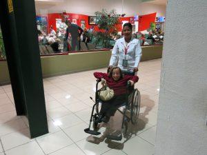 1. 010213 - Litt stor rullestol på flyplassen