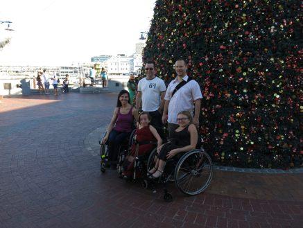 31. Gruppebilde foran juletreet