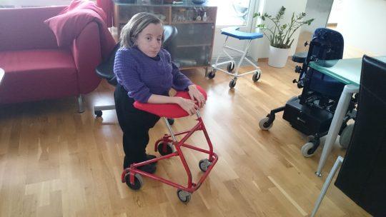 I mellomtiden går hun med sin gode gamle følgesvenn fra 1990. Den har fungert som reisegåstol og reservegåstol frem til nå, og har en helt annen kontruksjon en den dritten som knakk. De nye gåstolene skal spesialbygges etter samme konstruksjon som denne.