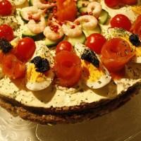 Smørbrødkake med egg, reker og laks