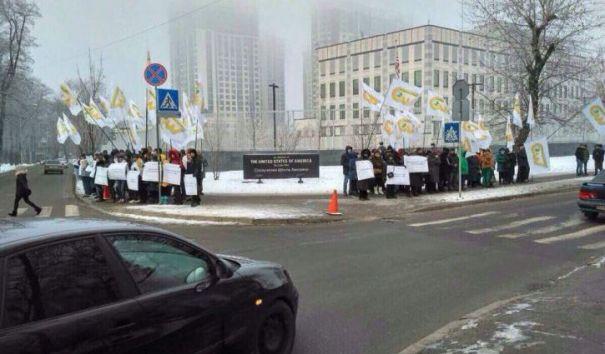Активисты CWT устроили митинг протеста в Киеве у здания посольства США
