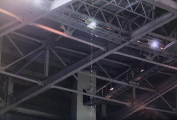 Закрытая из-за дождя крыша «Зенит-арены» протекла