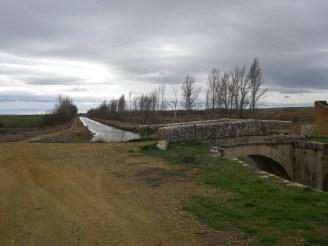 Largo canal de Castilla