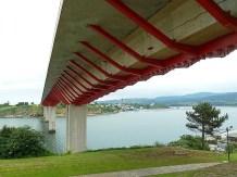 Bajo el puente (caian gotas, pero no del puente). Ribadeo