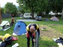 Poniendo a punto las monturas en el camping, Imst. (por Jaime)