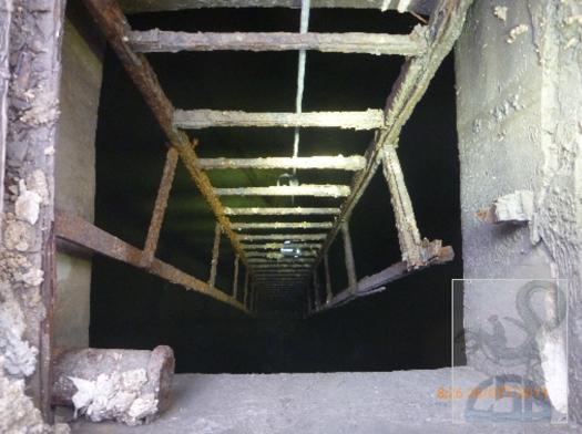 l'imbocco alla cisterna con la scala metallica